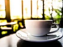 Bom dia na cafetaria em Tailândia - café branco do copo na madeira foto de stock royalty free