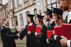 Bom modo professor Diplomas dos estudantes universidade imagens de stock