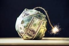 Bom van geld honderd dollarsrekeningen met een brandende wiek Weinig tijd vóór de explosie Concept financiële crisi royalty-vrije stock afbeeldingen
