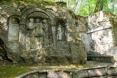 Bomarzo, Italia - 8 de septiembre de 2017 - bajorrelieve antiguo tres tolerancias en el dei famoso Mostri de Parco, también llama imagen de archivo