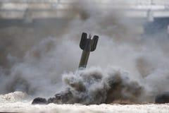 Bomb som exploderar på stranden, historisk rekonstruktion arkivbilder