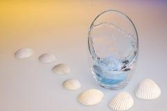 Bomba azul de la sal del mar que cae en un tazón de fuente Fotografía de archivo libre de regalías