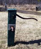 Bomba bien de agua colocada en una granja lista para bombear el agua Foto de archivo libre de regalías
