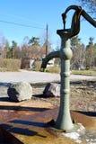 Bomba boa velha de água na vila foto de stock