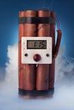 Bomba da dinamite com um fundo e um fumo azuis Imagem de Stock