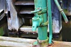 Bomba de água antiga imagem de stock