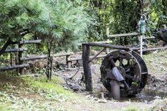 Bomba de água oxidada velha na floresta fotos de stock royalty free