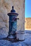 Bomba de água velha do vintage em Castillo Santa Barbara, Alicante, Espanha fotos de stock royalty free