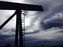 Bomba de óleo, céu nebuloso Fotografia de Stock Royalty Free