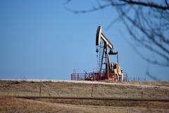 Bomba de óleo contra céus azuis Fotografia de Stock