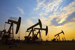Bomba de óleo contra o sol de ajuste fotografia de stock