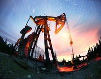 Bomba de óleo em uma montanha nos Carpathians Fotos de Stock Royalty Free
