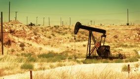 Bomba de óleo no deserto video estoque