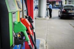 A bomba de óleo provê de bocal postos de gasolina fotos de stock