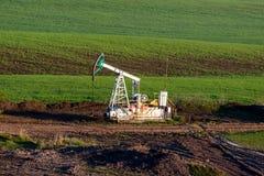 Bomba de aceite en el campo Fotografía de archivo libre de regalías