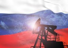 Bomba de aceite en el fondo de la bandera de Rusia foto de archivo libre de regalías