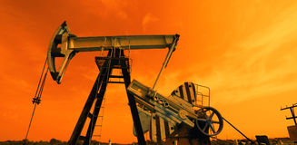 Bomba de aceite en tonos rojos imagen de archivo