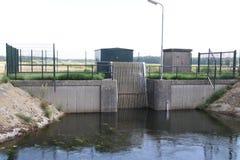 Bomba de agua e instalación limpia en el Zuidplaspolder en la guarida aan Ijssel de Nieuwerkerk en los Países Bajos foto de archivo