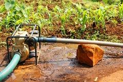 Bomba de agua en el campo durante la estación seca Imagenes de archivo