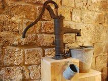 Bomba de agua vieja Imágenes de archivo libres de regalías