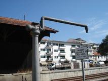 Bomba de agua vieja para el tren turístico del vapor en el ferrocarril fotos de archivo