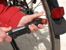 Bomba de bicicleta, cierre para arriba Imagenes de archivo