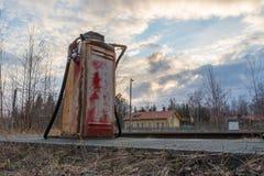 Bomba de gás velha no lado de uma estrada de ferro velha imagens de stock royalty free