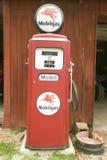 Bomba de gas antigua de Mobil delante del granero rojo del camino de Manchester, Missouri Imagenes de archivo