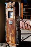 Bomba de gas oxidada vieja con las sombras interesantes Foto de archivo libre de regalías
