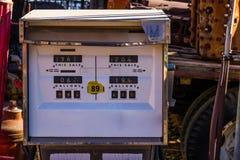 Bomba de gasolina del vintage en yarda del salvamento foto de archivo libre de regalías
