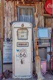 Bomba de gasolina velha na loja geral da agreira Foto de Stock