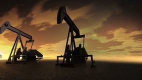 Bomba de la industria de petróleo Engrase los burros produciendo el petróleo crudo en un desierto, puesta del sol almacen de metraje de vídeo