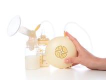 Bomba de lactancia eléctrica para aumentar la fuente de leche para amamantar m fotos de archivo libres de regalías
