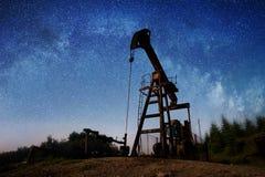 Bomba de óleo no campo petrolífero na noite Fotos de Stock Royalty Free