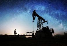 Bomba de óleo no campo petrolífero na noite Fotografia de Stock