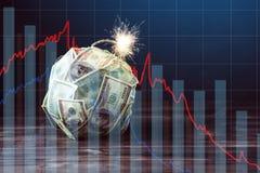 Bomba de los billetes de dólar del dinero ciento con una mecha ardiente Concepto de crisis de moneda financiera imágenes de archivo libres de regalías