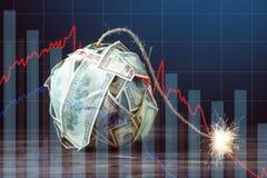 Bomba de los billetes de dólar del dinero ciento con una mecha ardiente Concepto de crisis de moneda financiera imagen de archivo