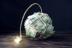 Bomba de los billetes de dólar del dinero ciento con una mecha ardiente Poca hora antes de la explosión Concepto de crisi financi Fotografía de archivo libre de regalías