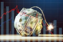 Bomba de los billetes de dólar del dinero ciento con una mecha ardiente Poca hora antes de la explosión Concepto de crisi financi fotos de archivo