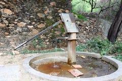Bomba de mão a puxar sob águas subterrâneas em india Fotografia de Stock