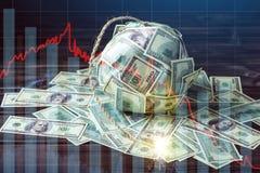 Bomba de notas de dólar do dinheiro cem com um feltro de lubrificação ardente Conceito da crise de moeda financeira fotografia de stock