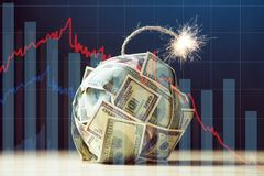 Bomba de notas de dólar do dinheiro cem com um feltro de lubrificação ardente Pouca hora antes da explosão Conceito do crisi fina imagens de stock royalty free