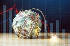 Bomba de notas de dólar do dinheiro cem com um feltro de lubrificação ardente Pouca hora antes da explosão Conceito do crisi fina fotos de stock