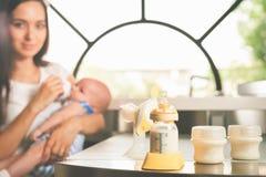Bomba de peito manual, leite de mães Imagens de Stock