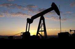 Bomba de petróleo en la salida del sol Fotos de archivo libres de regalías