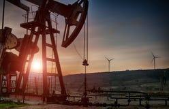 Bomba de petróleo en puesta del sol fotografía de archivo