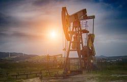 Bomba de petróleo en puesta del sol foto de archivo libre de regalías