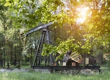 Bomba de petróleo en puesta del sol imagen de archivo libre de regalías