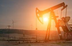 Bomba de petróleo en puesta del sol imágenes de archivo libres de regalías