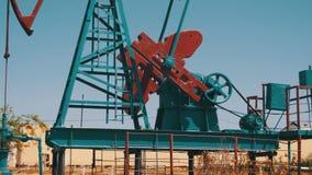 Bomba de petróleo Extração da estação de bombeamento do óleo vídeos de arquivo